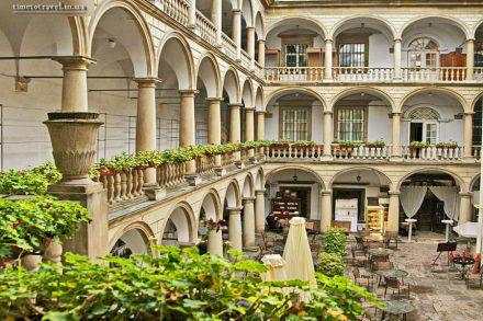 Итальянский дворик, Львов